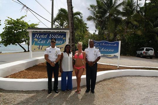 Michaela se v Dominikánské republice cítí bezpečně. Hlídá ji policie i místní hoteliérka Josefina.