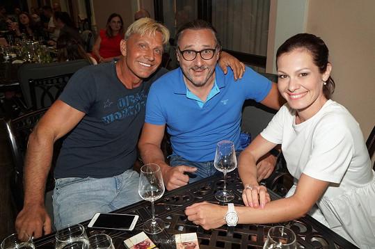 Poseděla u vína se zpěváky Martinem Maxou a Marianem Vojtkem.