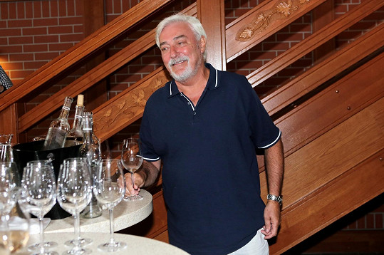 Jan Rosák si dal pár sklenek vína.