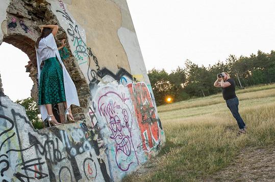 Fotilo se na pražské Babě s výhledem na město.