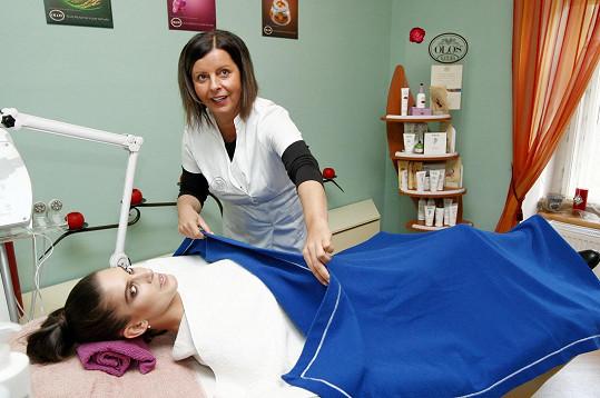 Aneta se těšila, že si na lůžku během kosmetického ošetření odpočine.