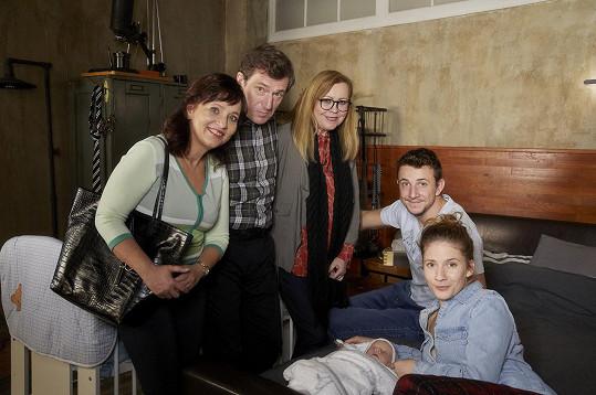 Štáfek se svou seriálovou rodinou. Zleva Alena Mihulová, František Kreuzmann, Marta Sládečková a Janka Kovalčiová