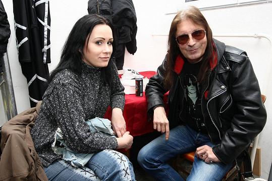 Rocker má pro mladší ženy slabost.