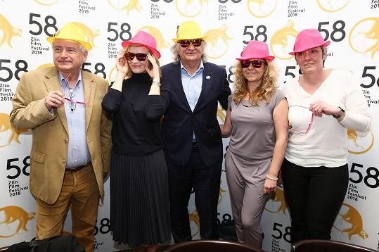 S vedením festivalu vyzkoušela i kloboučky, které jsou jeho letošním symbolem.
