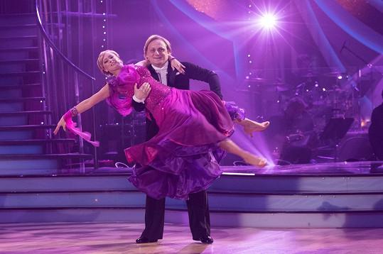 Lukáš Pavlásek tančí valčík se svou partnerkou Lucií Hunčárovou.