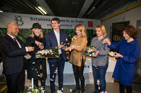 Součástí představení akce byl i křest nové publikace kurátorů zahrady Botanické putování - Vietnam a slavnostní křest kalendáře pro rok 2020.