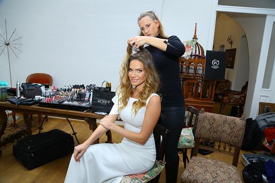 Andrea během úpravy vlasů před samotným focením kalendáře.