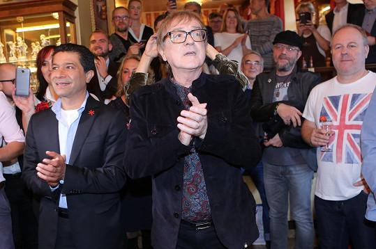 Není divu, že byl zpěvák velmi dojatý.