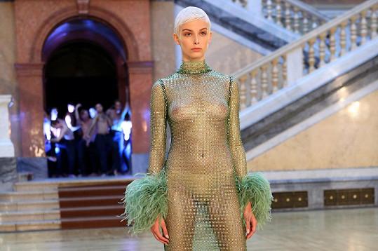 Modely z kolekce Kubíčkové jsou velkorysé, prosvětlené a plují kolem postavy, jako by byly ze vzduchu. Broušený křišťál odráží světlo v místnosti, tyl a peří tancují kolem těl.