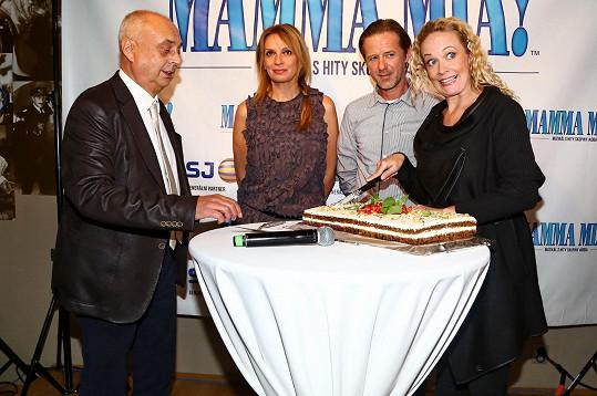 S kolegy z Mamma Mia! při krájení muzikálového dortu