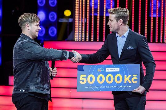Vítězný šek na 50 tisíc Martinovi předal moderátor Vladimír Polívka.