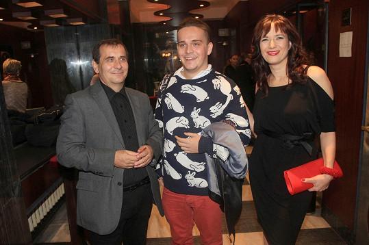 Petr Kracik dorazil na premiéru divadelní hry Smlouva se synem Viktorem a ženou Terezou Kostkovou.