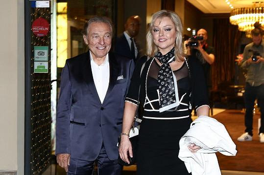 Karla na večerní charitativní akci doprovodila dcera Dominika.