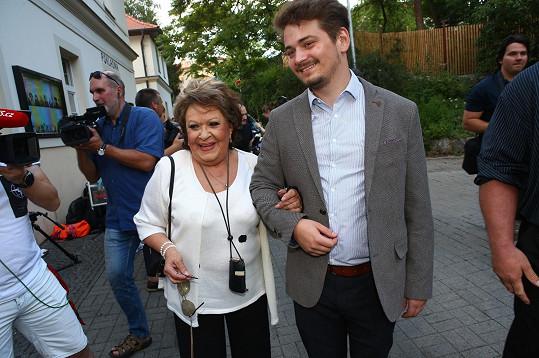 Jiřina Bohdalová v doprovodu vnuka na oslavě osmdesátin Mistra.