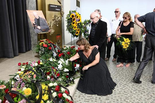 Tomsově památce se poklonil režisér Juraj Herz s manželkou Martinou Hudečkovou.