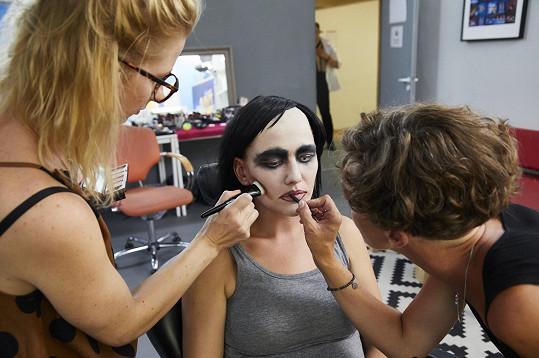 Debbi se proměnila v Marilyna Mansona.