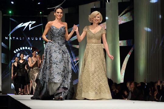 Andrea s návrhářkou Natali Ruden při závěrečném defilé.