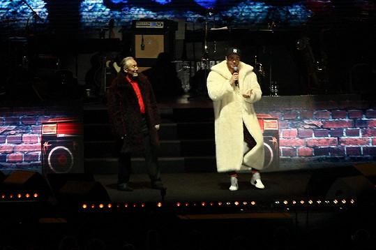 Oba zpívali v kožichu.