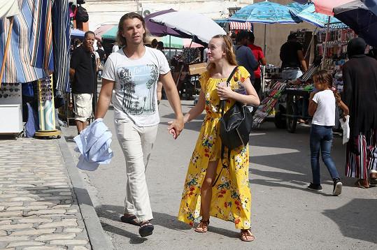 Michal s Denise na procházce...