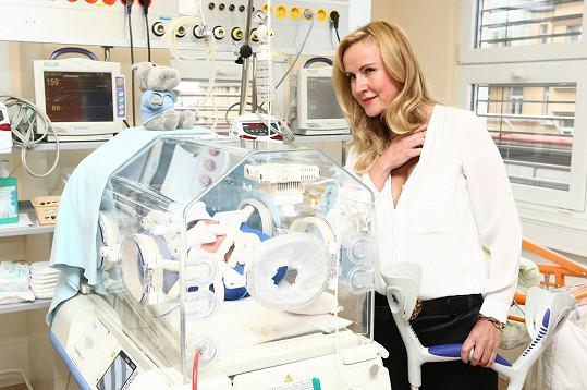Vendula věnovala nemocnici nový inkubátor.