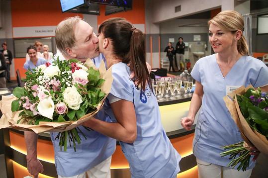 Sandře k narozeninám přáli kolegové ze seriálu, Jiří Štěpnička a Sabina Laurinová.