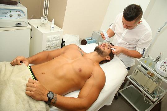 Paul v Praze absolvoval kosmetické ošetření.