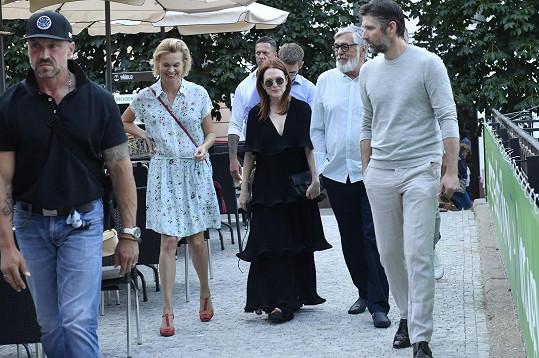 Julianne vyrazila na večeři s rodinou a Jiřím Bartoškou.