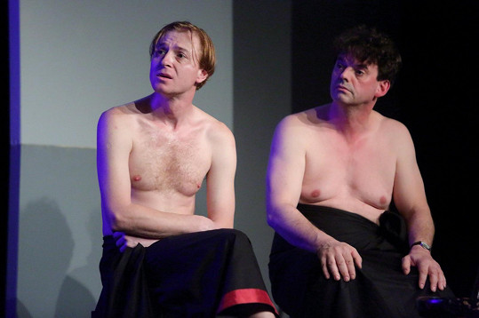 Jiří Racek a Václav Čížkovský se svlékají v divadelní hře Dva nahatý chlapi.