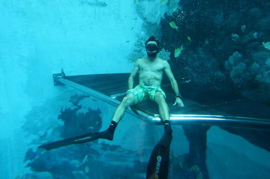 Pod vodou prý vydrží na jeden nádech přes pět minut.