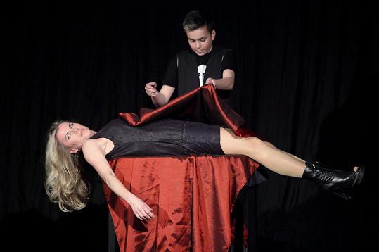 Leona Machálková si v Divadle kouzel Pavla Kožíška vyzkoušela i jedno magické číslo.