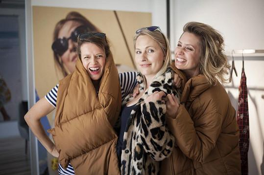 Lída se kamarádí s kolegyněmi Andreou Růžičkovou a Lenkou Zahradnickou (vpravo). Všechny herečky mají stejně staré děti.