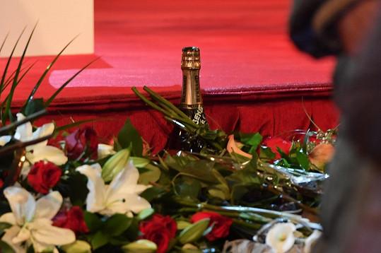 Lidé nosili květiny i láhve s Gottovou etiketou.