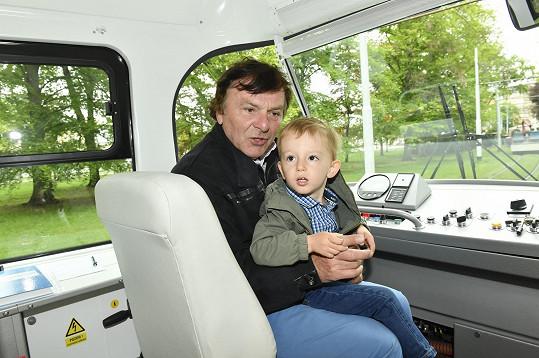 Se synem Maxem si užili hlavně projížďku tramvají.