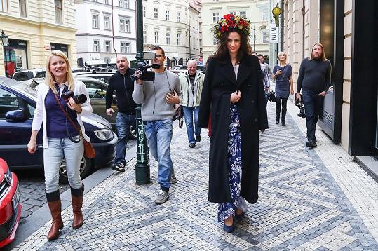 Focení kostýmů v centru Prahy způsobilo pozdvižení.