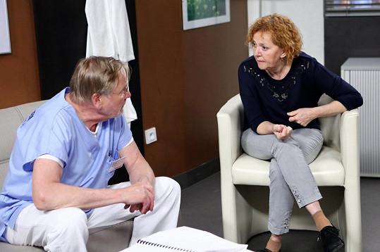 Kvůli obavám z onemocnění koronou ze Sestřiček odstoupila. Stejně tak seriálový manžel primář Bojan - Jiří Štěpnička.