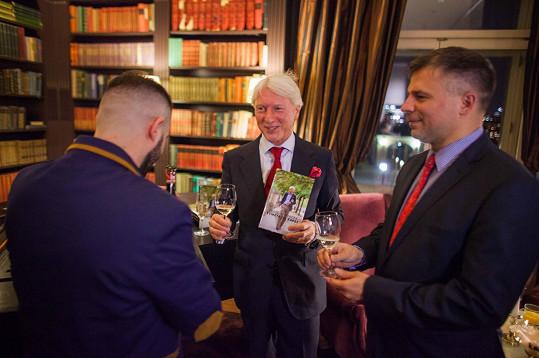 Mistr Etiketa křtil svou knihu v hotelu Le Palais, kde vznikaly také fotky, které se objevují v publikaci.