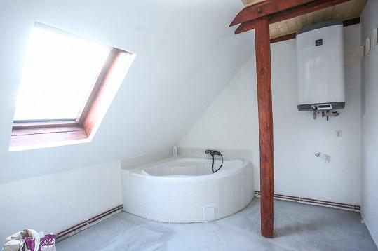 Koupelna je zatím ve stavebním procesu, ale budou mít krásnou rohovou vanu.