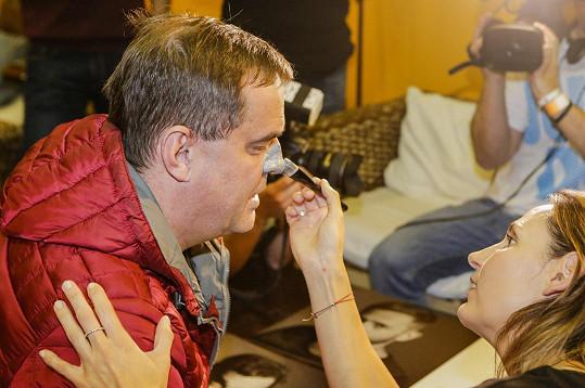 Miroslav Etzler si nechal opatlat nos podivnou hmotou.