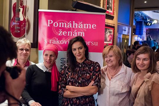 Jana vystoupila v rámci kampaně Pinktober. Výtěžek z celé bohulibé akce získá organizace Mamma HELP.