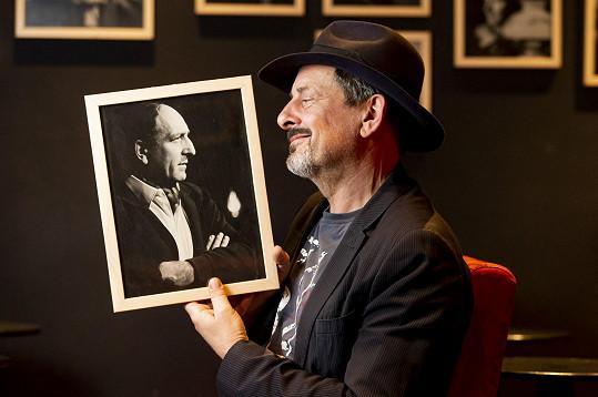 Ke slavnému otci Otakaru Brouskovi st. vzhlíží už jen na fotografii.
