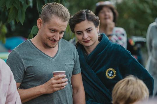 V seriálu Tátové na tahu hraje jeho partnerku Eva Josefíková.