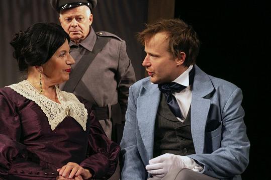 Zleva Zuzana Kronerová, Bob Klepl (Anton Antonovič Skvoznik) a Kryštof Hádek jako Ivan Alexandrovič Chlestakov