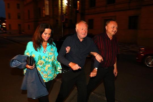 Cestou na taxík stál Luděk Sobota sotva na nohou. Vedla ho velmi tolerantní manželka Adina a kamarád.