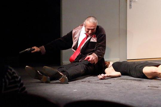 Revolver měl cvaknout, místo toho zahřměl a Rouse zranil.