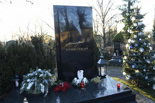 Hrob Karla Gotta na Malvazinkách v období Vánoc