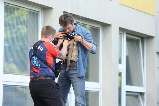 Před scénou, kdy Marek skočí z okna, dostal herec na tělo speciální postroj.