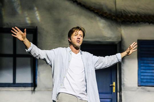 Jiří Langmajer si zahraje roli Sama, kterého ve filmu ztvárnil Pierce Brosnan.