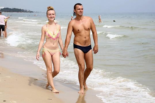 Pár na břehu moře na hotelové pláži