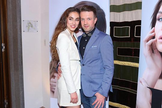 Často vystupoval na soutěžích krásy a spřátelil se s misskami. Proto také v jeho klipu vystoupila Míša Habáňová.