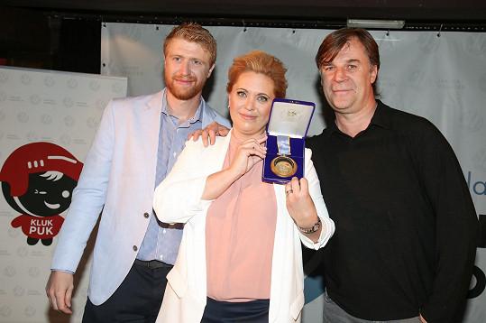 Zlatý střelec z Nagana, který je Jakubovým agentem a dlouholetým přítelem rodiny, věnoval Nadaci Jakuba Voráčka svou zlatou medaili.